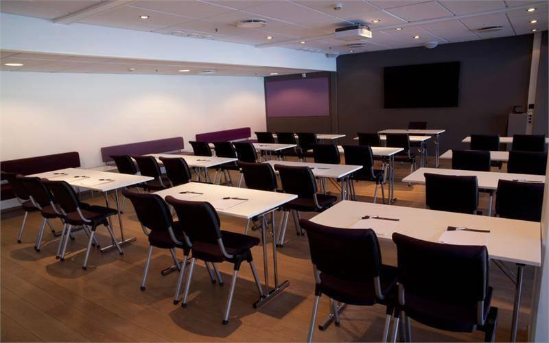 Lyst og stort møterom med projektor, whiteboard og flipboard