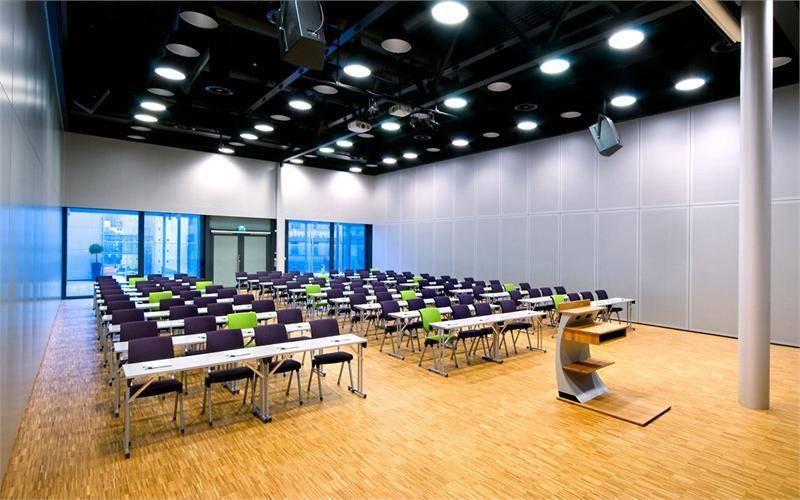 Klasseromsoppsett med kapasitet fra 96 - 450 personer, alt etter om en, to eller tre saler benyttes